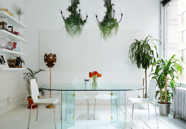 Прозрачный стеклянный овальный столик на двух ножках