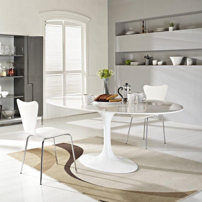 Белый овальный стол на скандинавской кухне