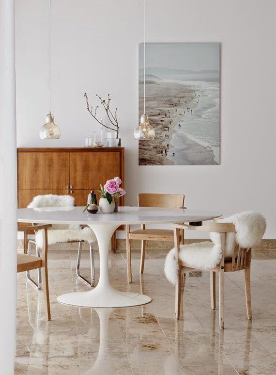 Белый овальный стол на одной ножке