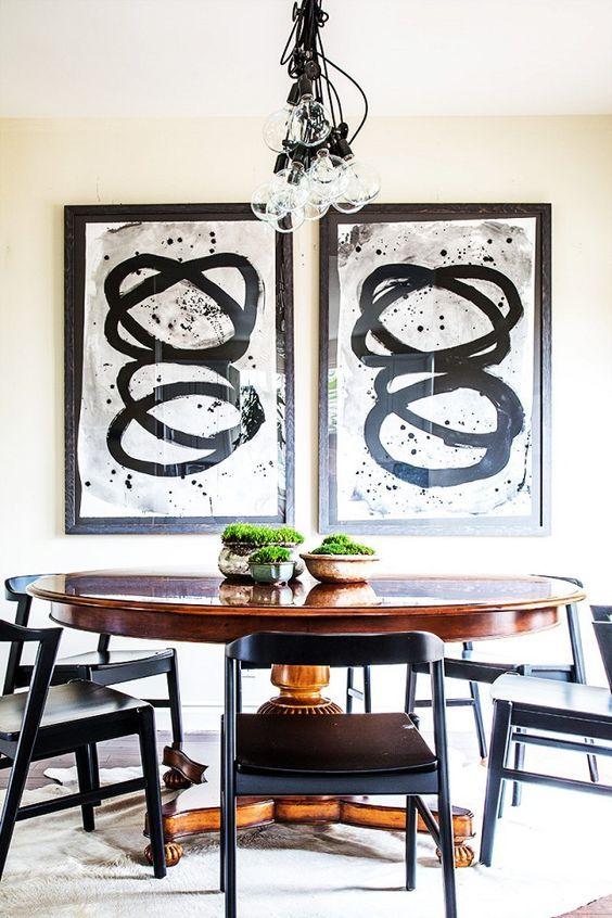 Деревянный овальный стол в интерьере кухни