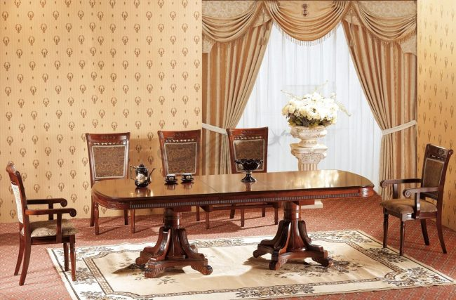 Раздвижной овальный стол из дерева в классическом интерьере