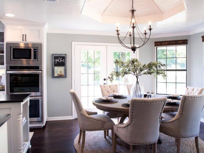 Овальный деревянный стол в интерьере классической кухни