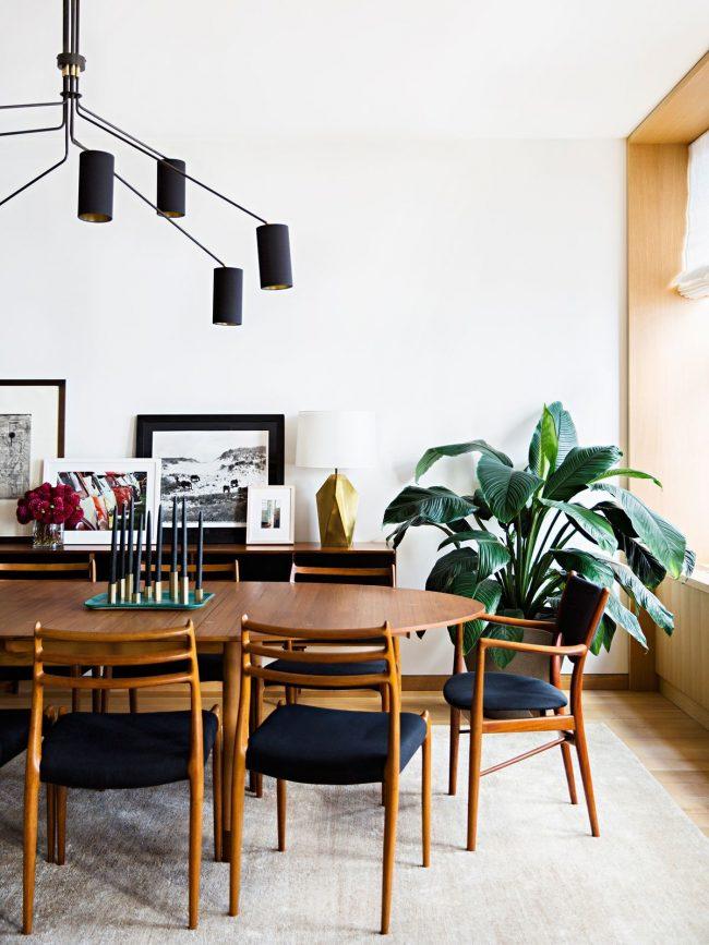 Овальный столик из дерева на четырех ножках - самый устойчивый вариант