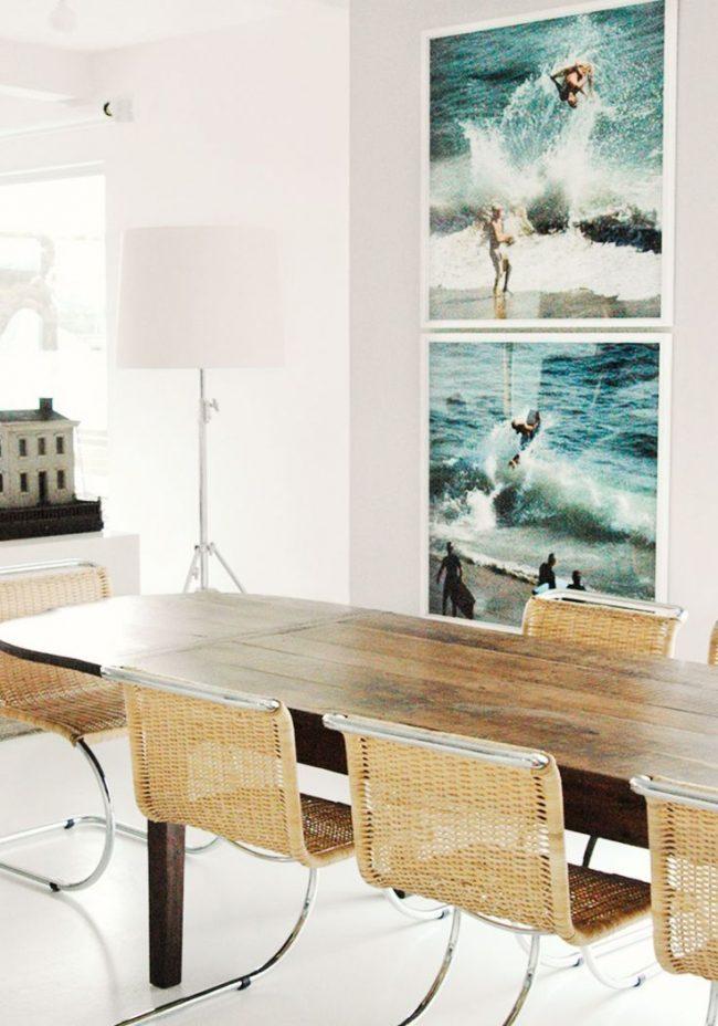 Овальный продолговатый овальный стол из ясеня в интерьере кухни-гостиной