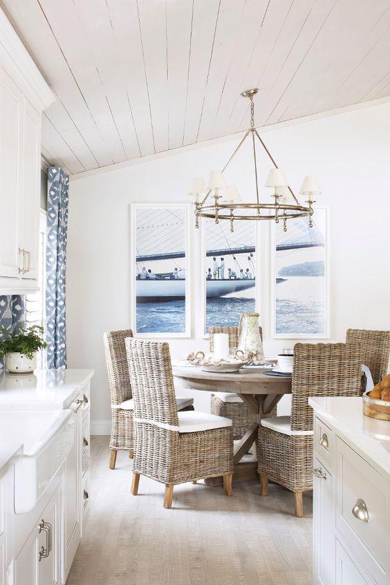 Овальный стол в интерьере маленькой белой кухни