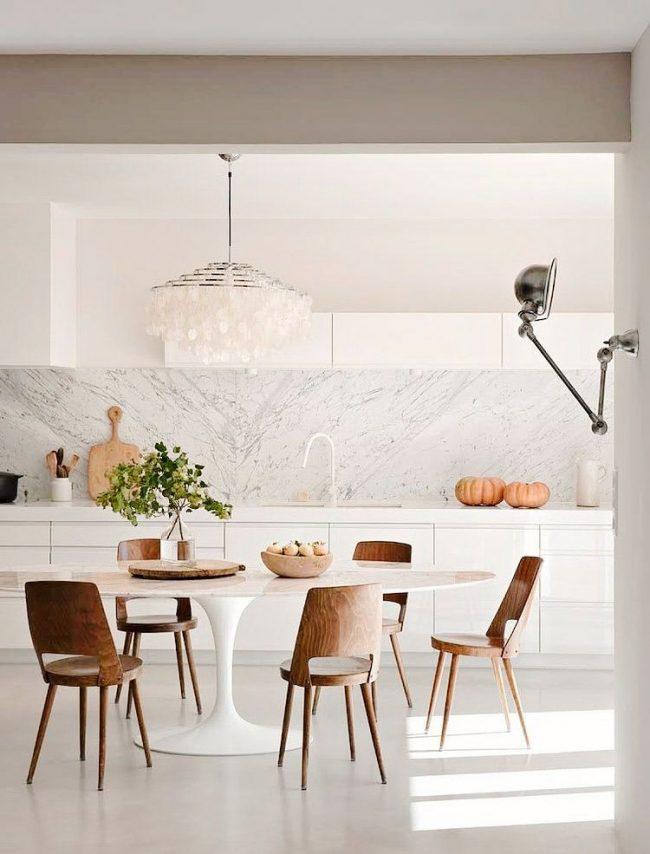 Овальный стол в интерьере скандинавской кухни