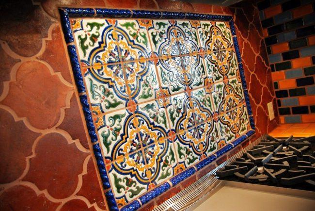 Традиционный средиземноморский орнамент на фоне терракотовой плитки