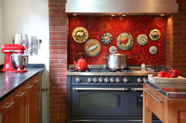 Ярко-красный фартук кухни с мозаикой