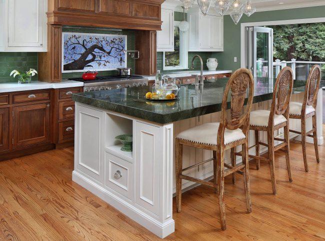 Зеленый оттенок мрамора на кухне и весенняя тема панно - визуального центра интерьерной композиции