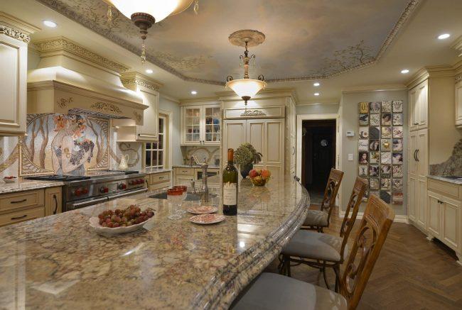 Роскошная кухня-модерн с масштабным мозаичным панно