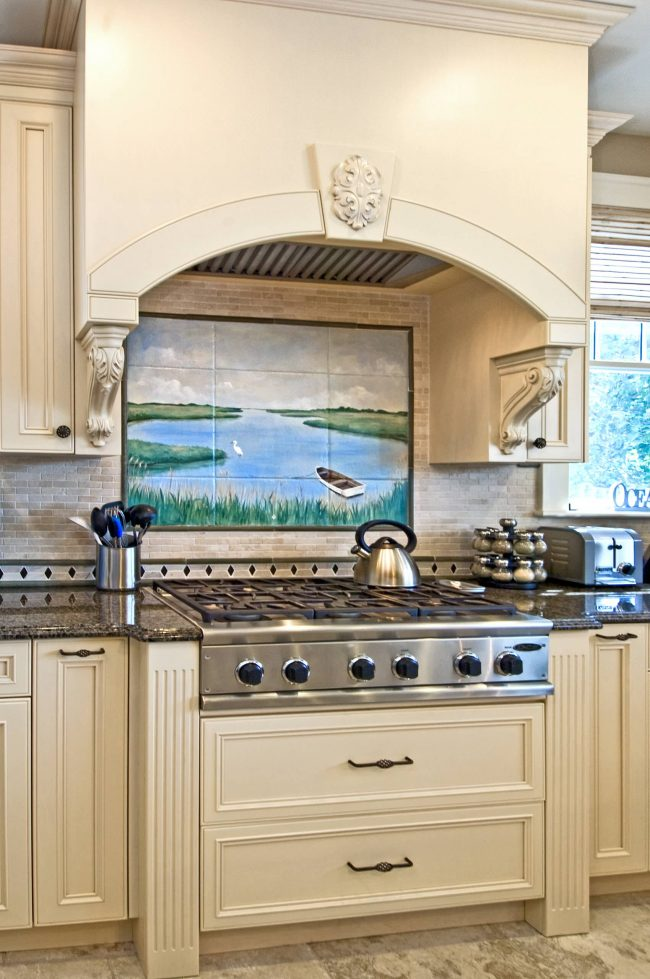 Летний пейзаж с лодкой на озере и безмятежным небом - достаточно нейтральный выбор для кухни в переходном от классики к современности стиле