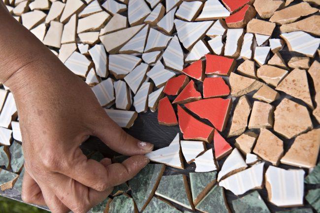 Собирать мозаику из осколков плитки - очень увлекательное занятие. Украсить таким способом, можно, конечно, не только фартук или стены кухни