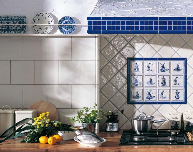 Панно из плитки на кухню. Плитка с рисунком для тех, кто любит голландский фарфор. Обратите внимание на комбинирование размеров и способов укладки глянцевой и крупной матовой плитки