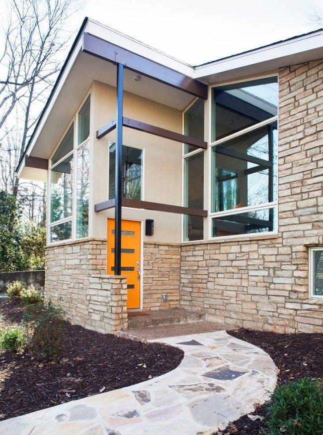 Оригинальный экстерьер частного дома надежной конструкции с пластиковыми дверьми металлопластикового профиля