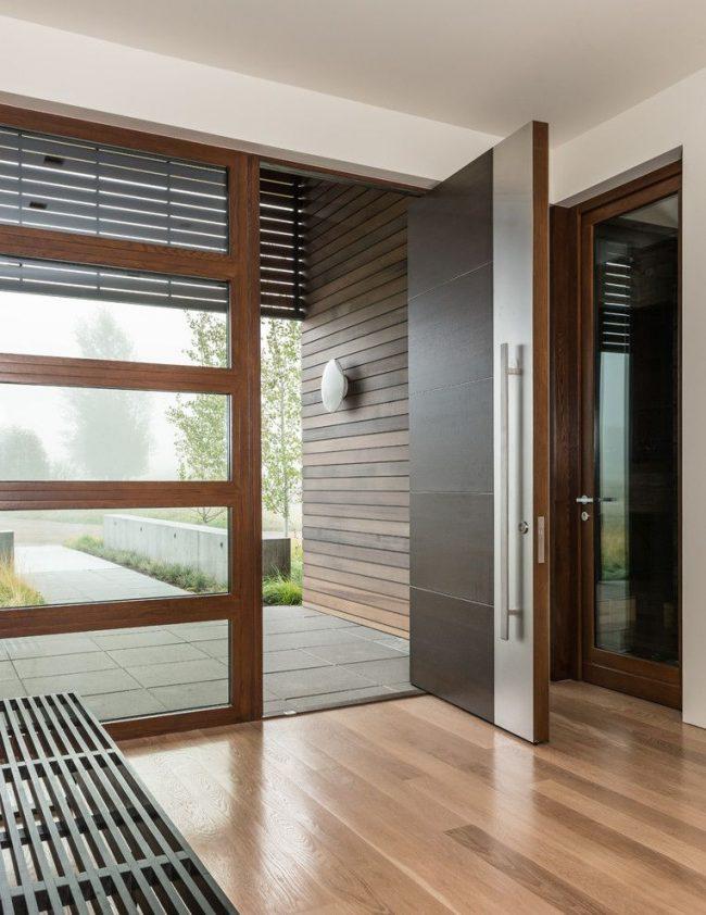 Металлопластиковый профиль входной двери частного дома в современном минималистичном стиле