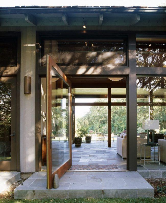 Пластиковые входные двери для частного дома со смешанным набором материалов, как органических, так и синтетических