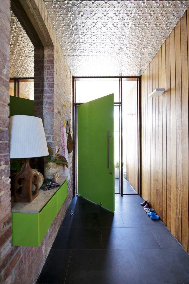 Гармоничное сочетание разных материалов в частном доме. Пластиковая входная дверь имеет множество достоинств: устойчивость к температурным перепадам, экологичность, прочность, стоимость и т.д.