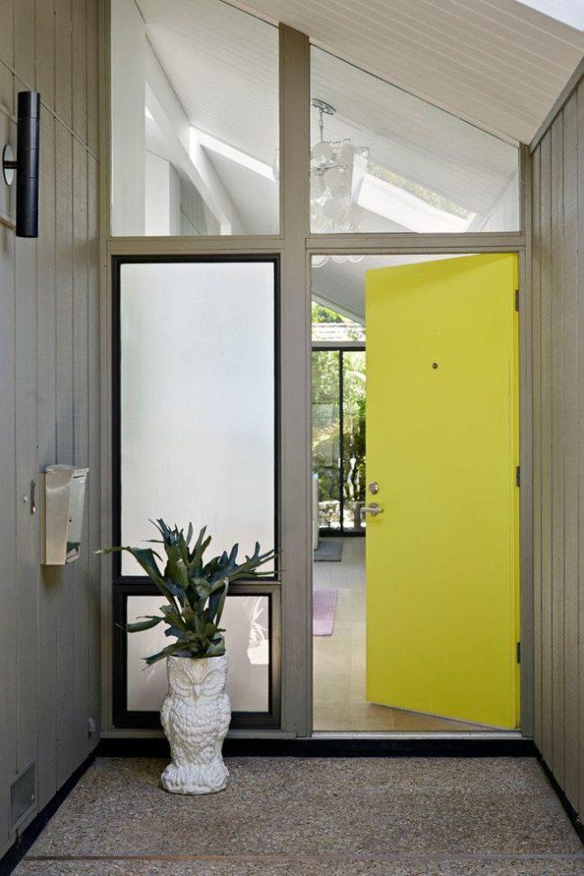 Лаконичные входные двери с особенностью в виде насыщенного лимонного цвета
