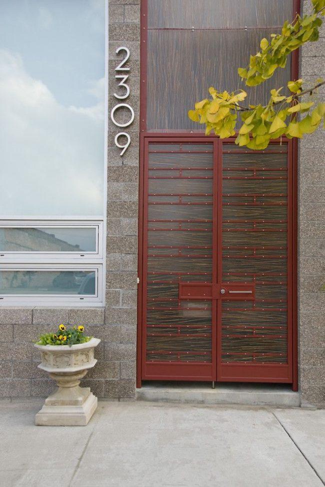 Двойные входные двери частного современного дома, одна из которых, пластиковая, является декоративной конструкцией