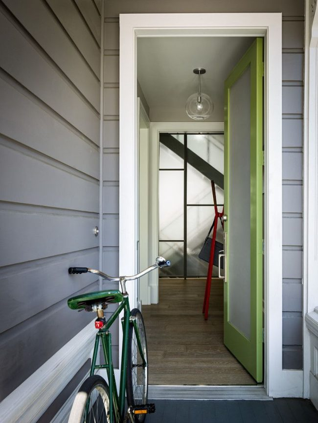 Неприхотливая в уходе пластиковая входная дверь яркого салатового цвета с матовым стеклопакетом
