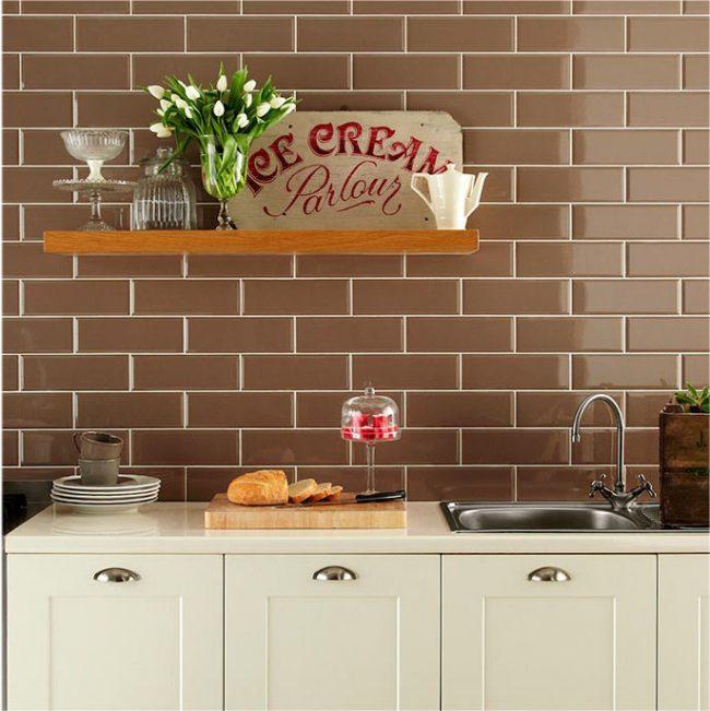 Отделка стен в кухне кофейной плиткой по под кирпичную кладку