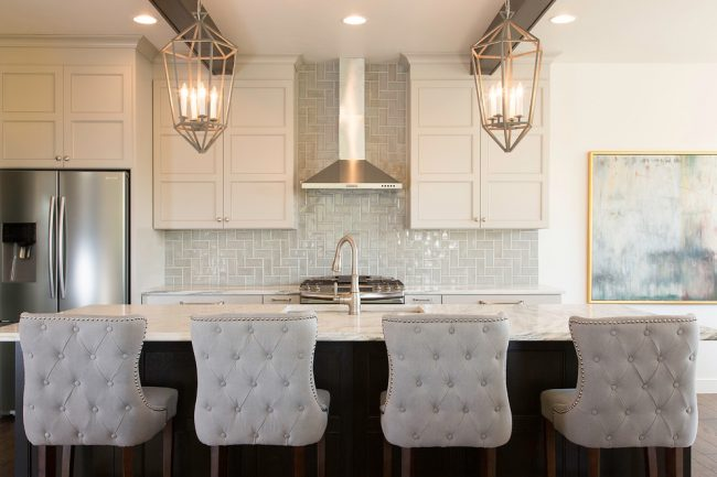 """Строгий классический стиль кухни с плиткой """"кабанчик"""" на рабочей стенке"""