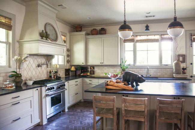 В кухне деревенского стиля актуально применение отделочной плитки с эффектом состаривания