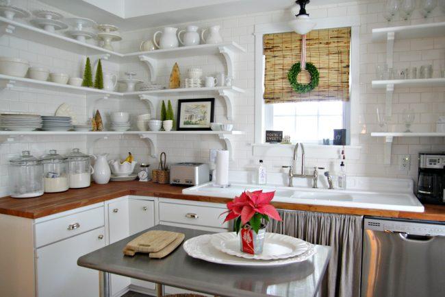 Миниатюрная деревенская кухонька со светлыми стенами в плитке под кирпичную кладку