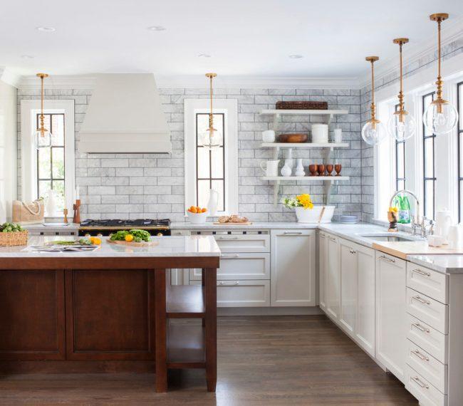 Классическая кухня с отделкой стен под кирпич