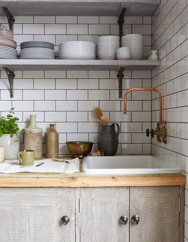 Оригинальное оформление стен в кухне кантри стиля