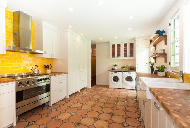 Солнечное настроение, с помощью желтой отделочной плитки, в светлой кухни
