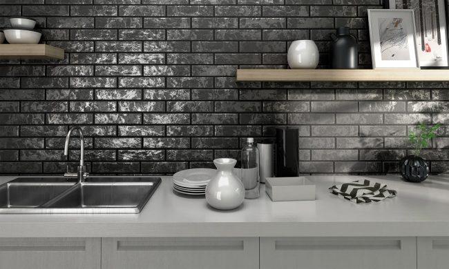 Темная узорная плитка в кухне под кирпичную кладку