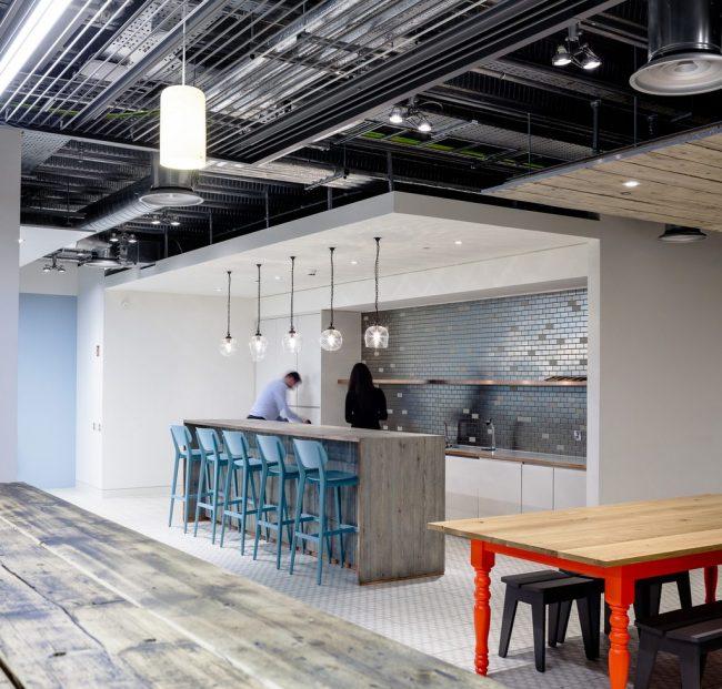 """Рабочая стенка современной кухни с отделкой плиткой """"кабанчик"""" цвета металлик"""