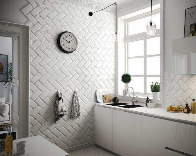 """Отделка кухонных стен белой плиткой """"кабанчик"""" в форме ёлочки"""