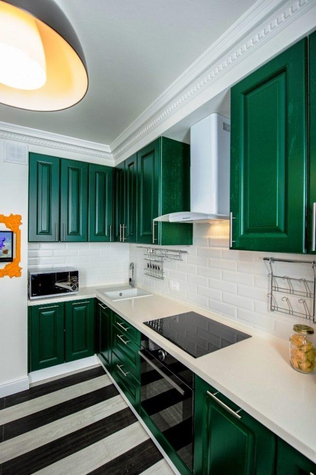 Светлые стены помещения освежат яркие контрастные оттенки в стиле арт деко