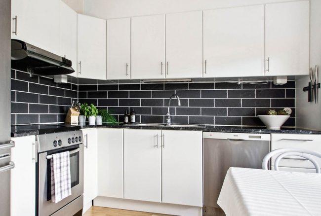 Красивая контрастная плитка в белой кухне