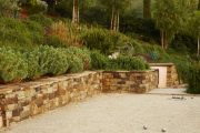 Фото 16 Как использовать подпорные стенки в ландшафтном дизайне: 75+ функциональных и эстетичных идей
