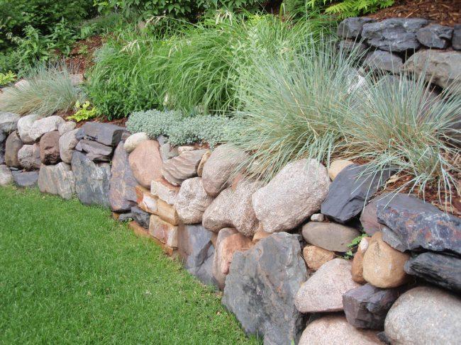 Хаотично сложенная стенка из разных каменных пород