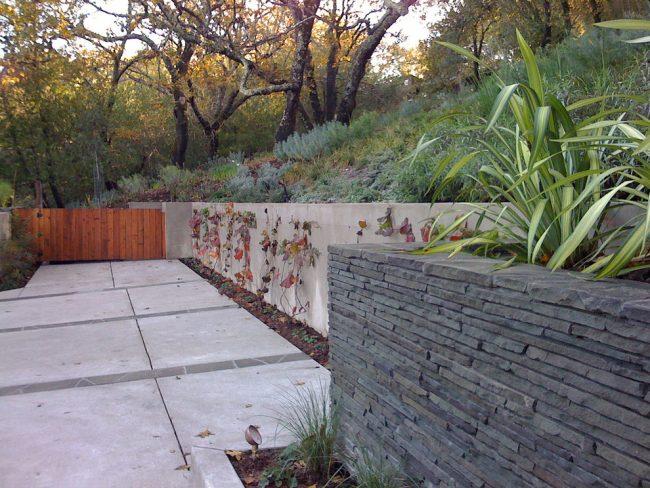 Красивое сочетание подпорных стен из разных материалов в одном дворе