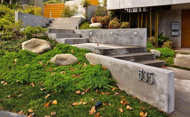 Подпорные стенки из бетонных плит, расположенные вдоль лестницы