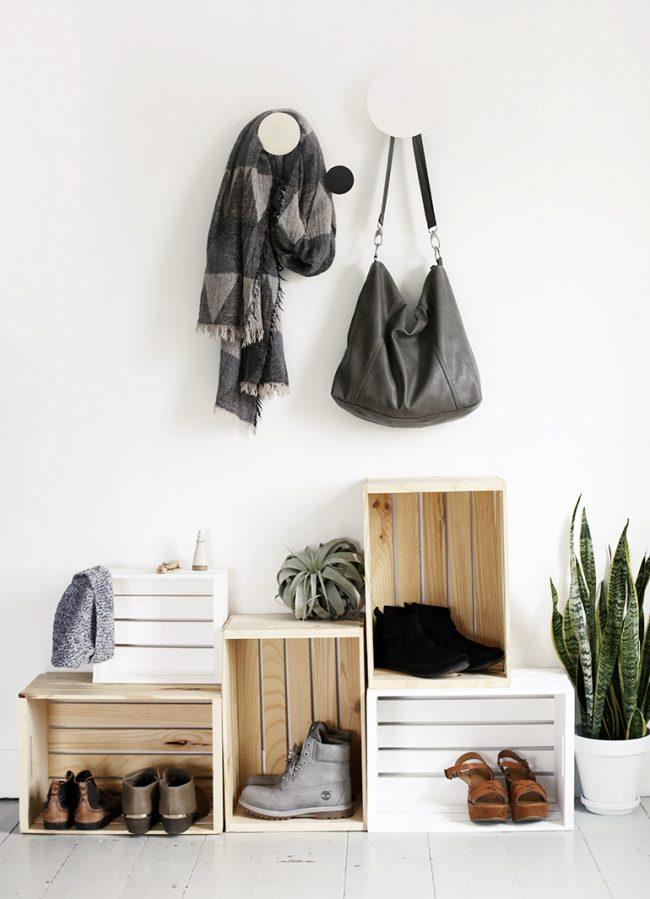 Обычные деревянные ящики, которые можно использовать для складывания обуви в прихожей