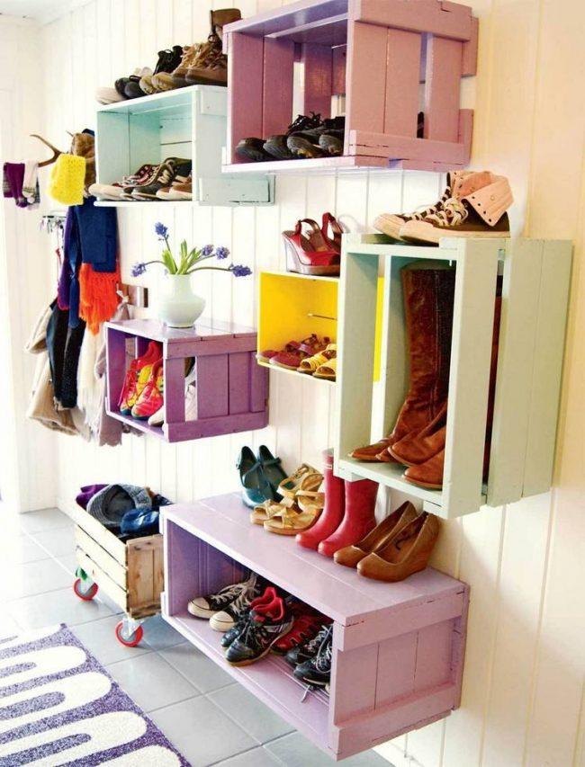 Окрашенные ящики, прибитые к стене станут отличным декором в прихожей
