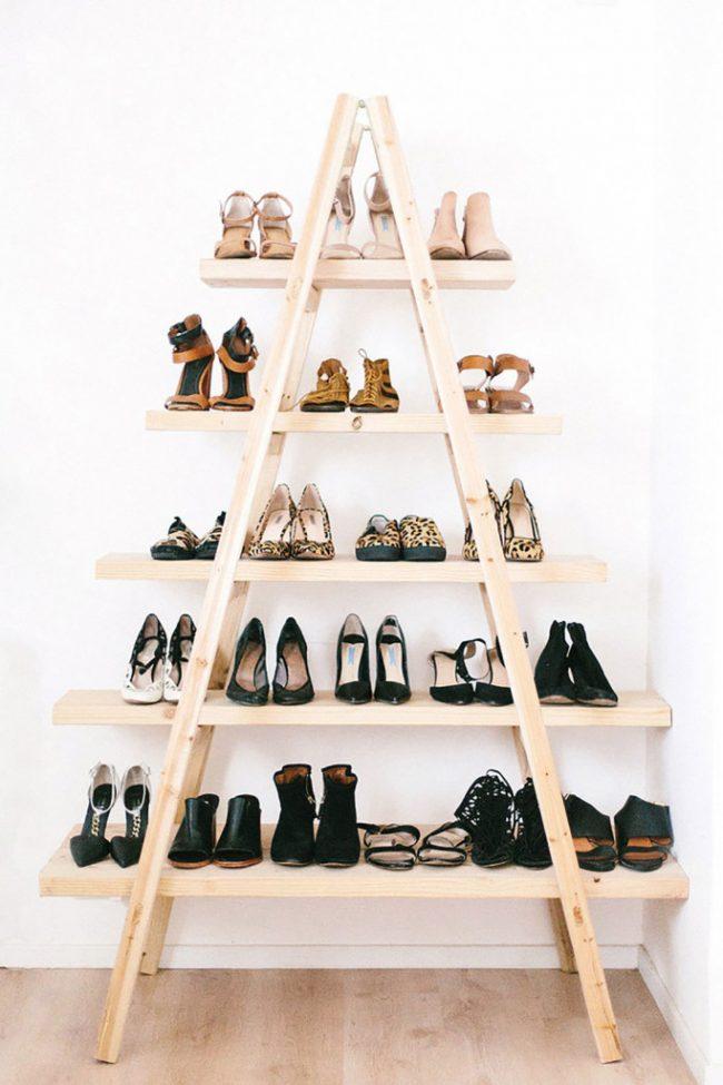 Отличное решение деревянной полочки для большого количества обуви