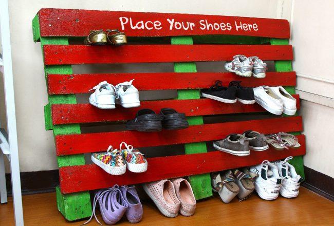 Яркая полочка для обуви из поддона