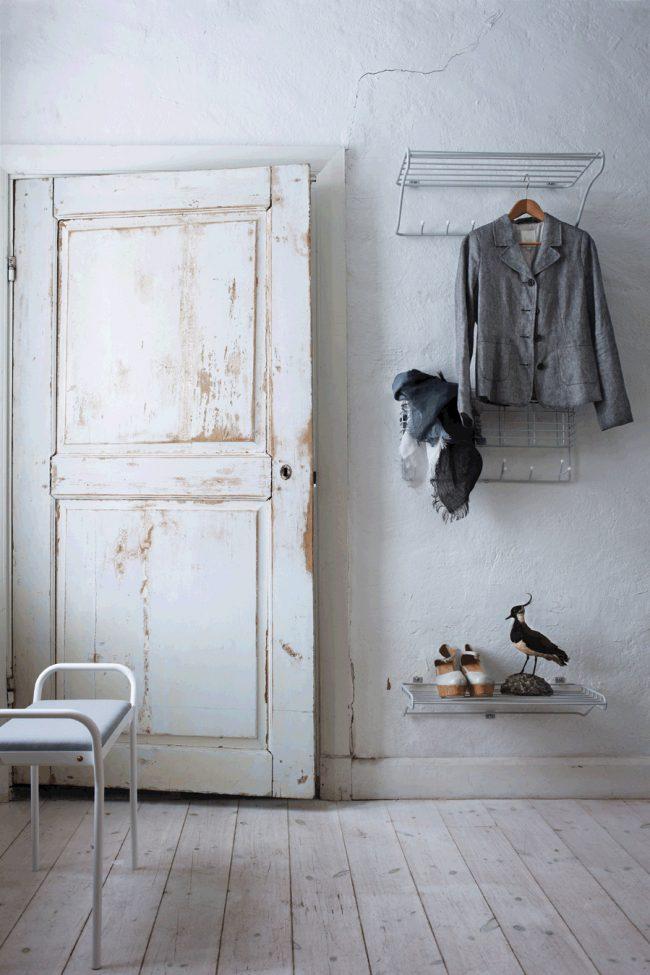 Небольшая решетка, закрепленная на стене, заменит полку для обуви