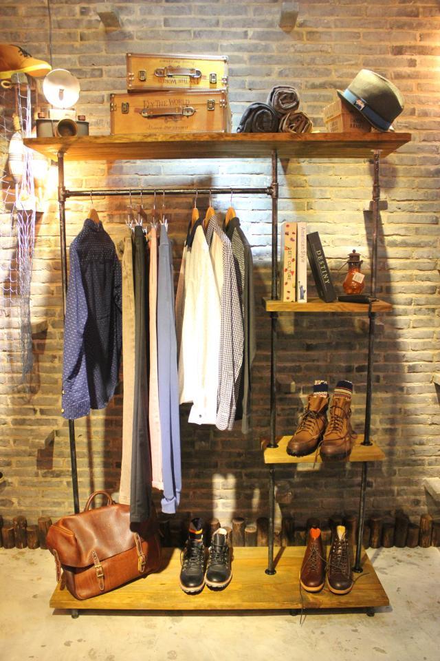 Современная конструкция открытого гардероба заменит встроенный шкаф в прихожей в индустриальном стиле