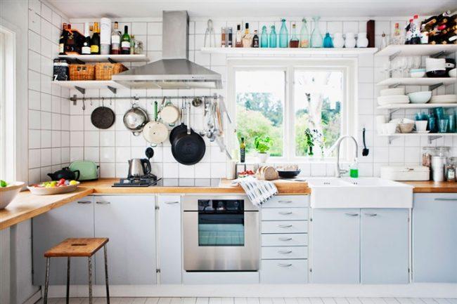 Яркая белая посуда на открытых полках - украшение кухни