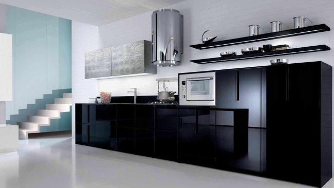 Открытые полки - скорее предмет декора, чем функциональная мебель на кухне хай-тек