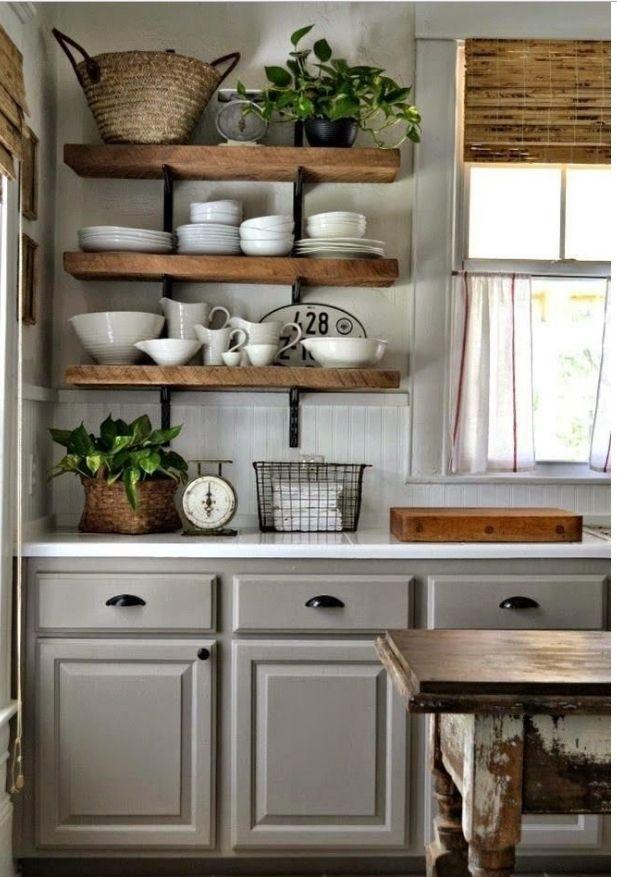 Деревянные полки на кухне - самый распространенный вариант