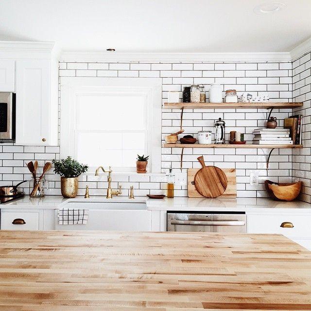 Полки на кухне - функционально и практично